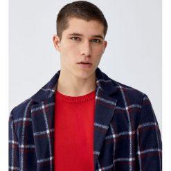 Sweter wykonany podwójnym ściegiem. Czerwone swetry klasyczne męskie Pull&Bear, m, z podwójnym kołnierzykiem. Za 109,00 zł.