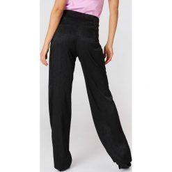 NA-KD Atłasowe żakardowe spodnie w groszki - Black. Czarne spodnie z wysokim stanem marki NA-KD, w grochy, z tkaniny. W wyprzedaży za 64,78 zł.
