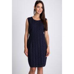Granatowa sukienka z haftem QUIOSQUE. Szare sukienki letnie marki QUIOSQUE, z haftami, z bawełny, wakacyjne, z okrągłym kołnierzem, na ramiączkach, proste. W wyprzedaży za 79,99 zł.