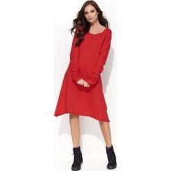 Czerwona Sukienka Trapezowa z Marszczonym Rękawem. Czerwone sukienki balowe Molly.pl, na co dzień, l, z bawełny, z klasycznym kołnierzykiem, proste. Za 104,90 zł.