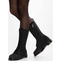 Dr. Martens 1899 FL EYE ZIP BOOT Śniegowce black. Czarne buty zimowe damskie Dr. Martens, z gumy. W wyprzedaży za 687,20 zł.