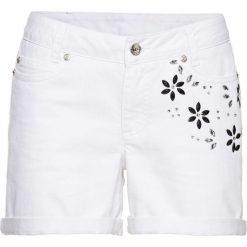 Szorty w kwiaty bonprix biały. Białe bermudy damskie bonprix, z aplikacjami, z jeansu. Za 99,99 zł.
