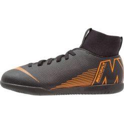 Nike Performance SUPERFLYX 6 CLUB IC Halówki black/total orange/white. Czarne buty sportowe chłopięce marki Nike Performance, z gumy, do piłki nożnej. Za 269,00 zł.