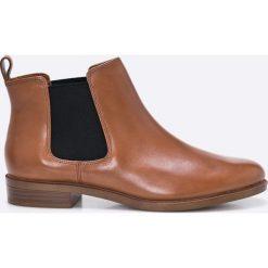 Clarks - Botki Taylor Shine. Brązowe buty zimowe damskie marki Clarks, z materiału, z okrągłym noskiem, na obcasie. W wyprzedaży za 199,90 zł.