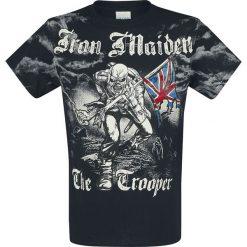 Iron Maiden Trooper - Allover T-Shirt czarny. Czarne t-shirty męskie z nadrukiem Iron Maiden, xxl. Za 121,90 zł.