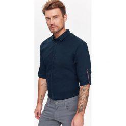 KOSZULA MĘSKA O REGULARNYM KROJU Z WYWIJANYMI RĘKAWAMI. Szare koszule męskie marki Top Secret, na jesień, m, z długim rękawem. Za 39,99 zł.