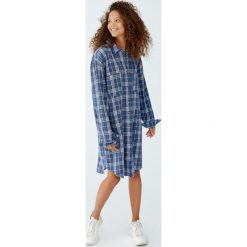 Sukienka koszulowa w kratkę. Niebieskie sukienki marki Pull&Bear, w kratkę, z jeansu, z koszulowym kołnierzykiem, koszulowe. Za 109,00 zł.