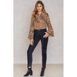 NA-KD Jeansy z panelami - Black. Niebieskie proste jeansy damskie marki NA-KD, z satyny. Za 161,95 zł.