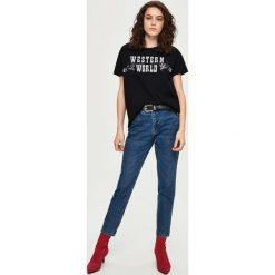 T-shirt z aplikacją - Czarny. Białe t-shirty damskie marki Sinsay, l, z napisami. Za 24,99 zł.