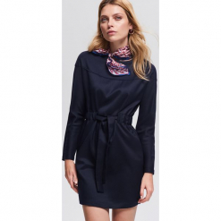 Sukienka z wiązaniem - Granatowy. Niebieskie sukienki z falbanami Reserved. Za 139,99 zł.