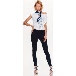 BLUZKA Z ŁĄCZONYCH MATERIAŁÓW Z NADRUKIEM. Szare bluzki z odkrytymi ramionami marki Top Secret, eleganckie, z chokerem. Za 29,99 zł.