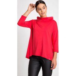 Czerwona asymetryczna bluzka z golfem QUIOSQUE. Czerwone bluzki asymetryczne QUIOSQUE, z dzianiny, biznesowe, z asymetrycznym kołnierzem, z długim rękawem. W wyprzedaży za 59,99 zł.