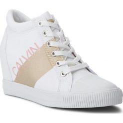 Sneakersy CALVIN KLEIN JEANS - Roxanna RE9806 White/Gold. Białe sneakersy damskie marki Calvin Klein Jeans, z gumy. W wyprzedaży za 459,00 zł.