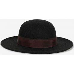 Parfois - Kapelusz. Czarne kapelusze damskie Parfois, z materiału. Za 89,90 zł.