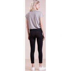 True Religion HALLE Jeans Skinny Fit black denim. Czarne rurki damskie True Religion. W wyprzedaży za 467,35 zł.
