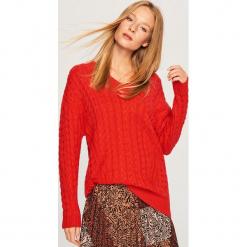 Długi sweter z warkoczowym splotem - Czerwony. Czerwone swetry klasyczne damskie Reserved, l, ze splotem. Za 159,99 zł.