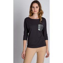 Bluzki asymetryczne: Luźna bluzka z cekinową kieszenią BIALCON