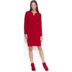 Czerwona Sukienka z Ozdobnymi Szwami. Czerwone sukienki marki Molly.pl, na co dzień, l, z aplikacjami, z dresówki, z dekoltem na plecach, z długim rękawem, maxi, oversize. Za 109,90 zł.