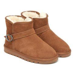 Skórzane botki w kolorze jasnobrązowym. Brązowe buty zimowe damskie Carla Samuel, na zimę, ze sprzączką. W wyprzedaży za 199,95 zł.