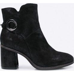 Tamaris - Botki. Czarne buty zimowe damskie Tamaris, z materiału, z okrągłym noskiem, na obcasie. W wyprzedaży za 149,90 zł.