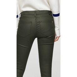 Mango - Jeansy Belle1. Czarne jeansy damskie marki Mango, z bawełny, z obniżonym stanem. W wyprzedaży za 69,90 zł.