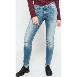 Lee - Jeansy Scarlett Selvage Eastside. Niebieskie jeansy damskie marki Lee, z bawełny, z obniżonym stanem. W wyprzedaży za 299,90 zł.