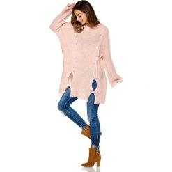 Moherowy sweter z wycięciami pudrowy róż ELISE. Czerwone swetry klasyczne damskie Lemoniade, z moheru, z klasycznym kołnierzykiem. Za 149,90 zł.