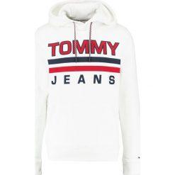 Tommy Jeans ESSENTIAL GRAPHIC HOODIE Bluza z kapturem classic white. Białe kardigany męskie Tommy Jeans, m, z bawełny, z kapturem. Za 399,00 zł.
