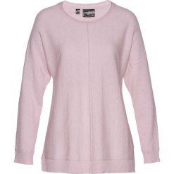 Sweter z domieszką kaszmiru bonprix matowy jasnoróżowy. Czerwone swetry klasyczne damskie bonprix, z dzianiny, z okrągłym kołnierzem. Za 79,99 zł.