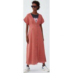 Sukienka midi z guzikami. Czerwone sukienki z falbanami Pull&Bear, midi. Za 99,90 zł.