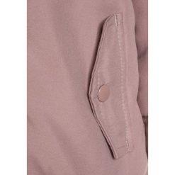 Name it NITMADE  Płaszcz zimowy woodrose. Czerwone kurtki chłopięce marki Name it, l, z nadrukiem, z bawełny, z okrągłym kołnierzem. W wyprzedaży za 135,20 zł.
