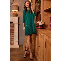 Prosta sukienka mini z plisowaniami ciemna zieleń SUMMER. Zielone sukienki hiszpanki Lemoniade, na co dzień, na jesień, z dekoltem na plecach, mini. Za 169,90 zł.