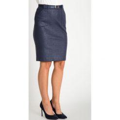 Granatowa połyskująca spódnica z kieszeniami QUIOSQUE. Niebieskie spódniczki ołówkowe QUIOSQUE, w jednolite wzory, ze skóry ekologicznej, biznesowe. W wyprzedaży za 99,99 zł.