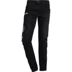 Redefined Rebel STOCKHOLM BADGE Jeansy Slim Fit black. Czarne rurki męskie marki Redefined Rebel. Za 209,00 zł.
