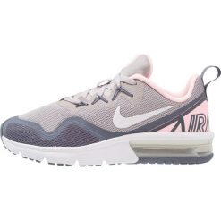 Nike Performance AIR MAX FURY Obuwie do biegania treningowe atmosphere grey/white/arctic punch/light carbon/metallic silver. Szare buty sportowe chłopięce Nike Performance, z materiału, do biegania. W wyprzedaży za 251,30 zł.