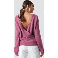 NA-KD Trend Dzianinowy sweter z kopertowym tyłem - Pink. Białe swetry klasyczne damskie marki NA-KD Trend, z nadrukiem, z jersey, z okrągłym kołnierzem. Za 121,95 zł.