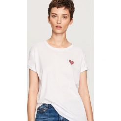 T-shirt z serduszkiem - Biały. Białe t-shirty damskie marki Reserved, l. Za 24,99 zł.
