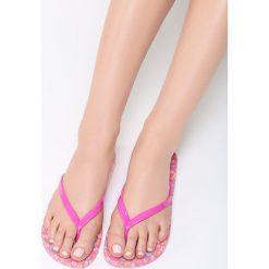 Różowe Japonki Pebble Beach. Czerwone japonki damskie Born2be, z gumy, na platformie. Za 14,99 zł.
