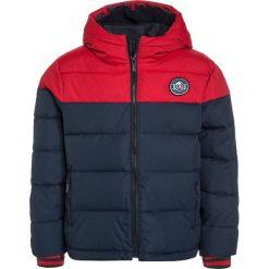Bench HEAVY Kurtka zimowa red. Niebieskie kurtki chłopięce zimowe marki Bench, z materiału. W wyprzedaży za 293,30 zł.