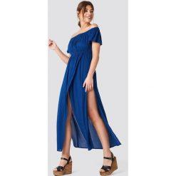 Debiflue x NA-KD Długa sukienka z odkrytymi ramionami - Blue. Niebieskie długie sukienki marki Reserved, z odkrytymi ramionami. Za 161,95 zł.