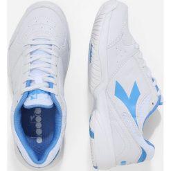 Diadora SMASH         Obuwie do tenisa Outdoor white/iris blue. Białe buty sportowe damskie marki Diadora, z materiału, na golfa. Za 249,00 zł.