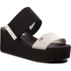 Chodaki damskie: Klapki TOMMY JEANS - Meterial Mix Flatform Sandal EN0EN00217 Off White 156