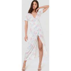 FAYT Sukienka Theodore - White. Białe długie sukienki marki FAYT, z tkaniny, z kopertowym dekoltem, z krótkim rękawem, kopertowe. W wyprzedaży za 132,57 zł.