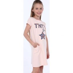 Sukienka dziewczęca z kieszeniami jasnoróżowa NDZ8149. Czerwone sukienki dziewczęce z falbanami Fasardi. Za 49,00 zł.
