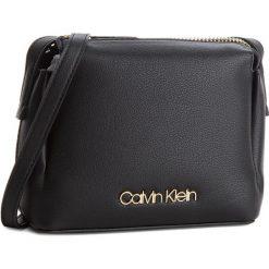 Torebka CALVIN KLEIN - Step Up Small Crossb K60K604289 001. Czarne listonoszki damskie marki Calvin Klein, ze skóry ekologicznej. W wyprzedaży za 359,00 zł.