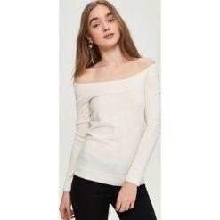 Swetry klasyczne damskie: Sweter z odkrytymi ramionami – Kremowy