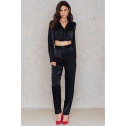 Spodnie z wysokim stanem: NA-KD Exclusive Spodnie z wysokim stanem – Black