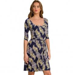 Sukienka w kolorze granatowym ze wzorem. Niebieskie sukienki na komunię marki Almatrichi, s, z okrągłym kołnierzem, midi, proste. W wyprzedaży za 159,95 zł.