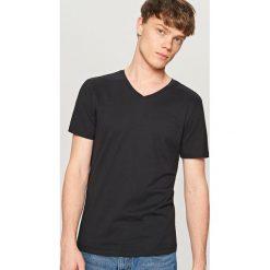 T-shirty męskie: Gładki t-shirt z dekoltem w serek - Czarny