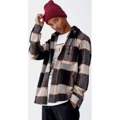 Flanelowa koszula wierzchnia w kratkę. Czerwone koszule męskie w kratę marki Pull&Bear, m. Za 139,00 zł.